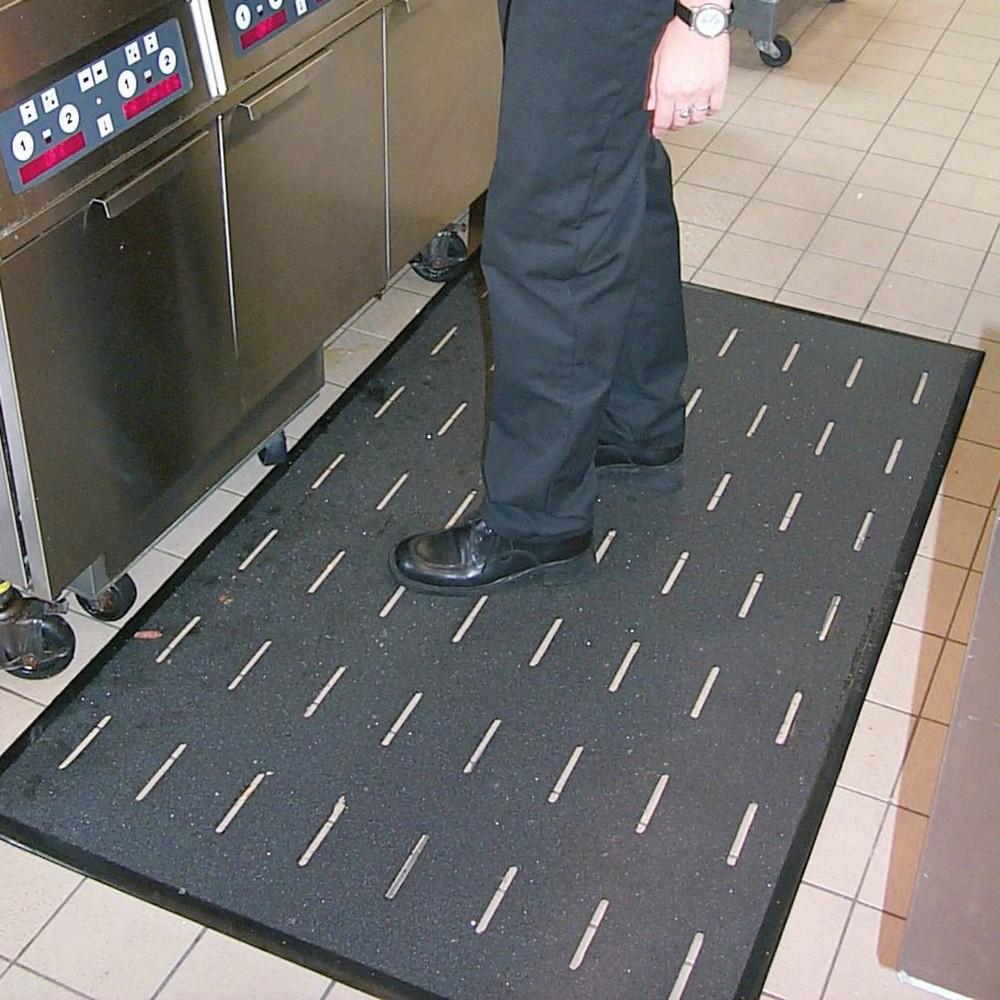 Image of Flexibel einsetzbare Bodenmatte M2 – für mehr Sicherheit in Ihrem Betrieb Die 910 x 1510 mm (B x L) grosse Bodenmatte M2 können Sie auf fast allen Untergründen einsetzen. Sie punktet durch eine sehr hohe Abriebfestigkeit. Die 10 kg schwere Bodenmatte ist