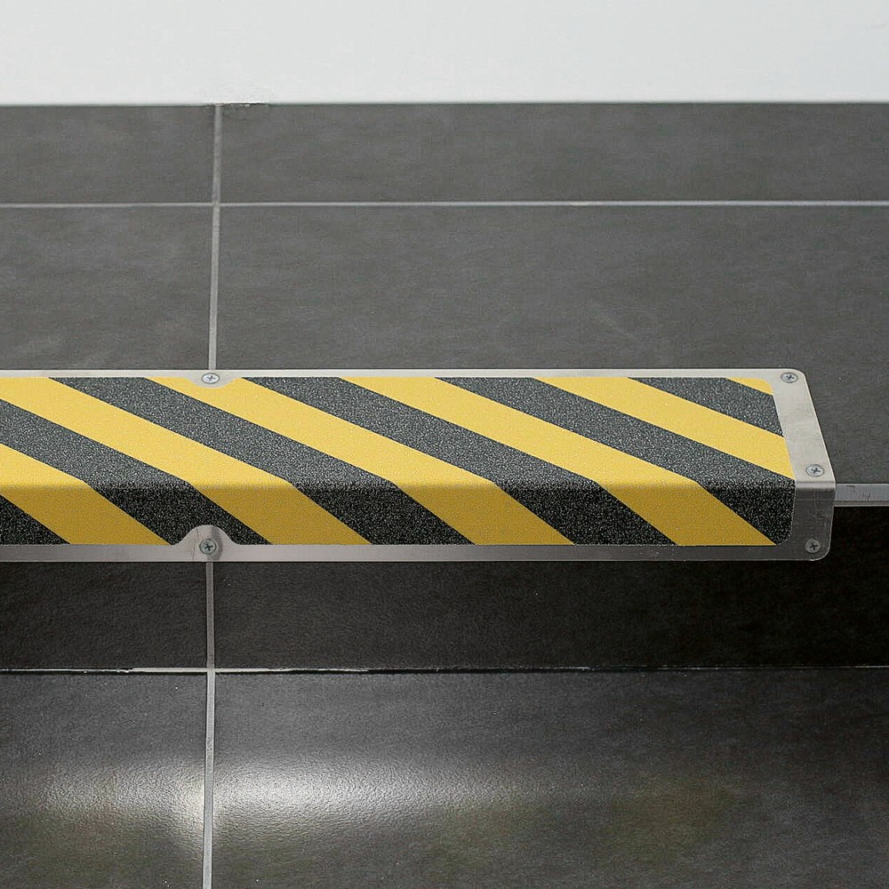 Image of Antirutschplatte aus Aluminium mit Hinweis Die Anti-Rutschplatte 'Achtung Stolpergefahr' zeichnet sich durch ihre abriebfeste und rutschsichere Oberfläche aus. Die Anti-Rutschplatte ist korrosionsfest und daher für den Einsatz im Innen- und Aussenbereich