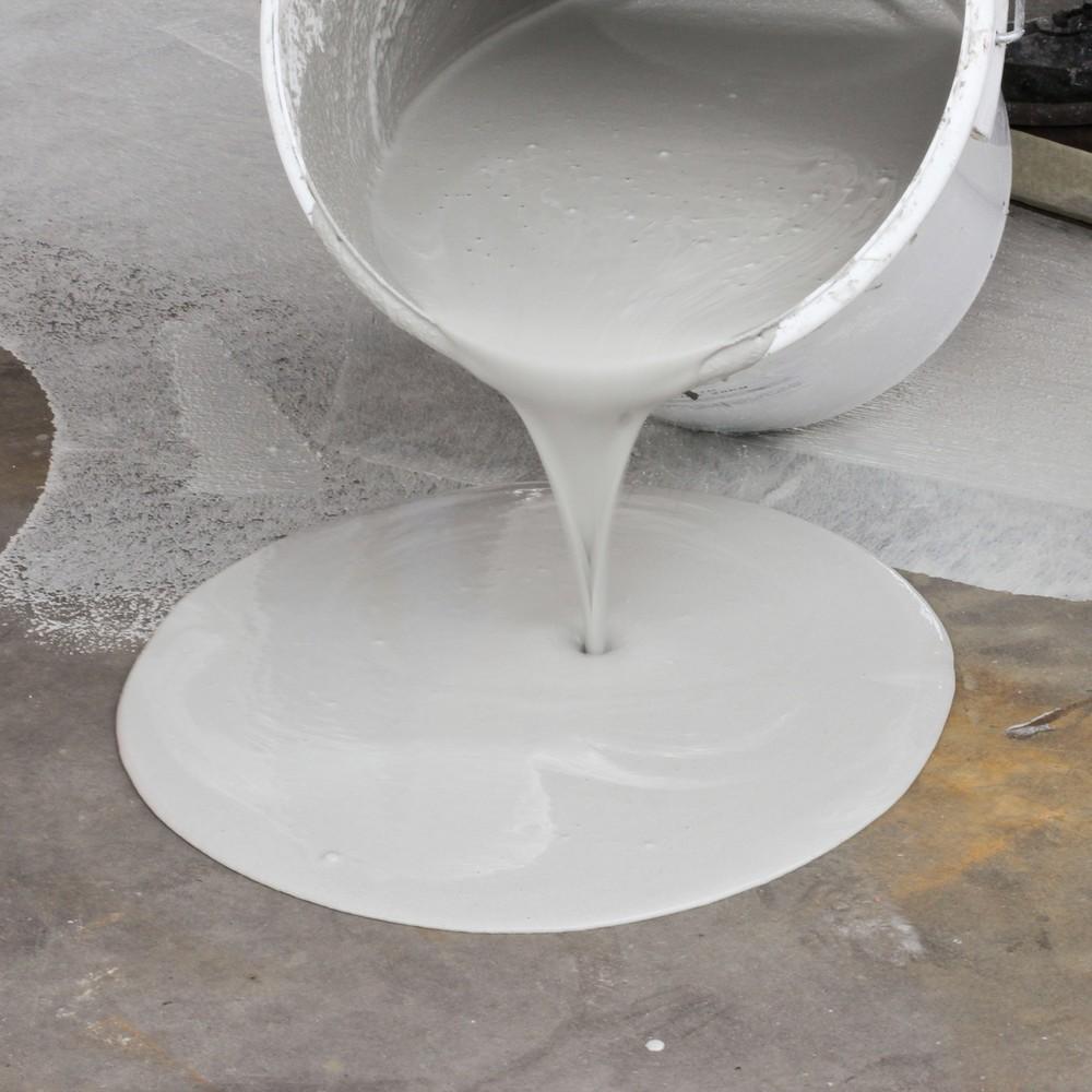 Image of Für eine rutschfeste und gleichmässige Oberfläche Die 2-K-Antirutsch-Bodenbeschichtung für Aussen, bestehend aus einer Polymer/Zementbasis mit Mineralkörnungsaggregat, haftet hervorragend auf den meisten Untergründen. Für die erfolgreiche Aufbringung der