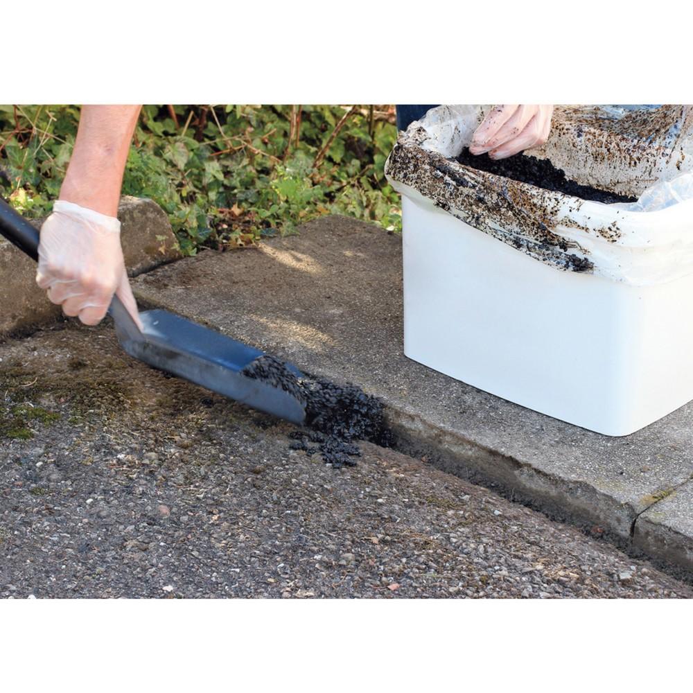 Image of Sofort begehbare und einfache Art und Weise Asphalt auszubessern Mit diesem praktischen und effektiven Asphalt-Reparatursystem ist eine schnelle, einfache Reparatur von Schlaglöchern, Rissen und Dellen in Asphaltböden jederzeit möglich. Egal ob bei Nässe,