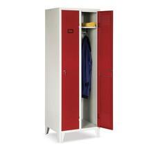 Garderobenschrank mit roten Flügeltüren