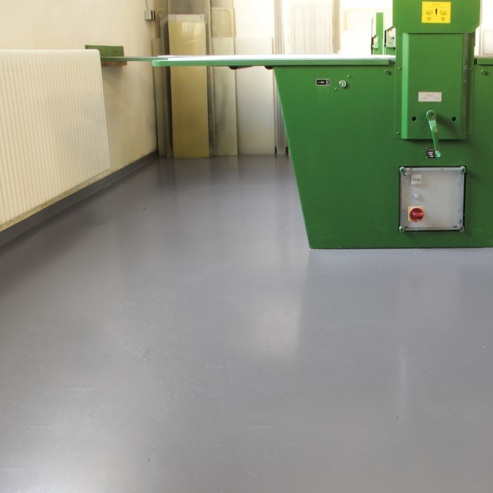 Image of Schaffen Sie eine wasserdichte, chemikalien- und ölresistente Oberfläche Die Bodenbeschichtung Standard aus Epoxidharz haftet besonders gut auf Beton-, Stein- und bestimmten Asphaltböden. Sie können die Bodenbeschichtung für Innenräume wie bspw. kleinere