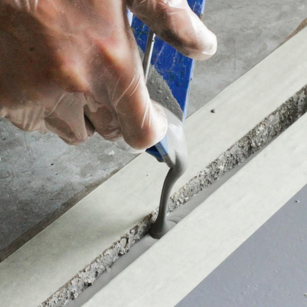 Image of Einfache Bodenreparatur von Betonböden mit dem Fliessspachtel-Reparatursystem Einen Betonboden ausbessern gelingt mit dem Reparatursystem schnell und einfach: Sie fügen dem Pulver so lange Wasser hinzu, bis daraus ein giessbarer, halbflüssiger Brei entste