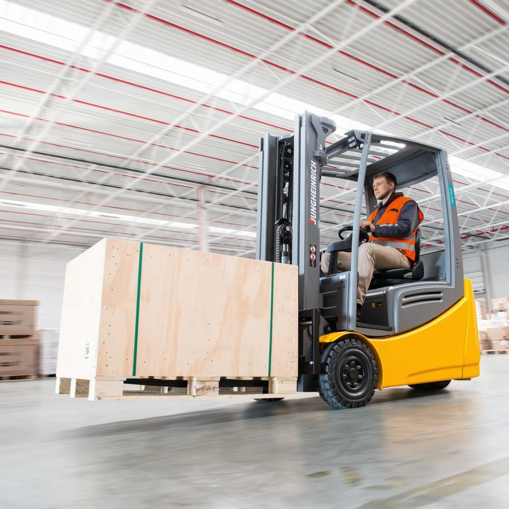 Image of Beste Voraussetzungen für wirtschaftliche Einsätze im Innen- und Aussenbereich dank robuster Bauweise und zukunftsweisender Technik Der Elektro-Dreiradstapler EFG 218k der Baureihe 2 mit 1.800 kg und 5.500 mm Hub ist die wirtschaftlichste Lösung für alle